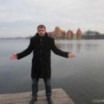 Павел на фоне Тракайского замка
