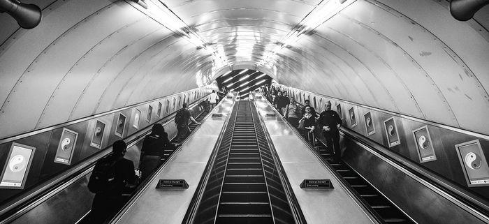 Люди на эскалаторе Трымайцеся правага боку