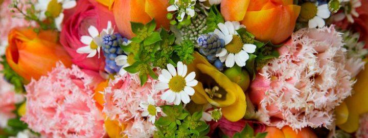 Букет цветов принимает самурай